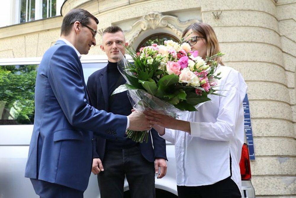 Premier Mateusz Morawiecki przekazuje VW Transportera rodzicom sześcioraczków