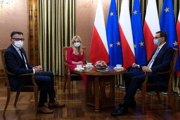 "Premier Mateusz Morawiecki, redaktor naczelny ""Wprost"" Robert Feluś, dziennikarka ""Wprost"" Joanna Miziołek"