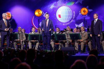 Premier Mateusz Morawiecki wręcza nagrodę Człowieka Roku
