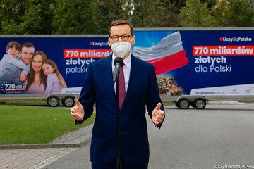 Premier Mateusz Morawiecki zachwalający Krajowy Plan Odbudowy