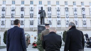 Premier Mateusz Morawiecki złożył kwiaty pod pomnikiem śp. prezydenta RP Lecha Kaczyńskiego