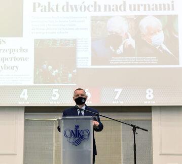 Prezes NIK Marian Banaś podczas konferencji