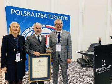 Prezes PHH Gheorghe Marian Cristescu z nagrodą Grand Prix MT Targi Polska i odznaką honorową PIT