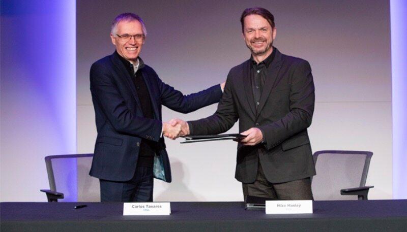Prezesi PSA i FCA po podpisaniu umowy