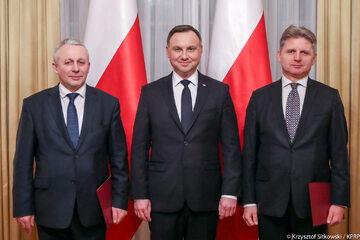 Prezydent Andrzej Duda oraz Zdzisław Sokal (po lewej) i Cezary Kochalski (po prawej)
