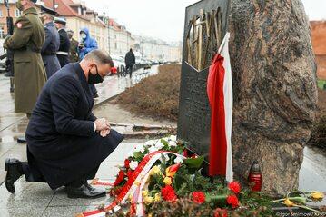 Prezydent Andrzej Duda przed Pomnikiem Katyńskim w Warszawie