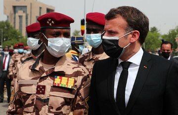Prezydent Francji Emmanuel Macron z nowym przywódcą Czadu Mahamatem Déby Itno w czasie pogrzebu zabitego prezydenta Idrissa Deby'ego