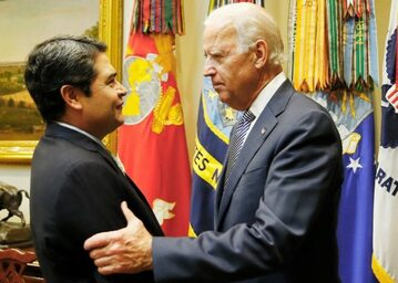 Prezydent Hondurasu Juan Orlando Hernández (z lewej) z obecnym prezydentem USA Joe Bidenem (zdjęcie archiwalne)