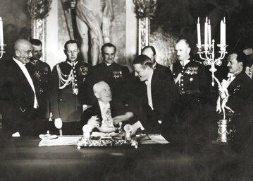 Prezydent Ignacy Mościcki podpisuje konstytucję kwietniową 23 kwietnia 1935