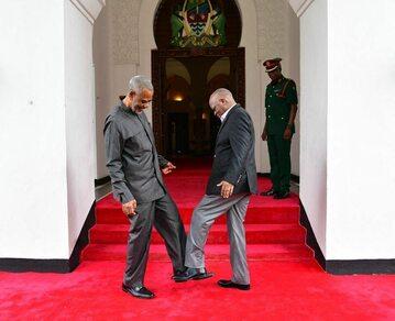 Prezydent Tanzanii (P) i lider opozycji Maalim Seif Sharif Hamad (L) podczas powitania w marcu 2020 roku