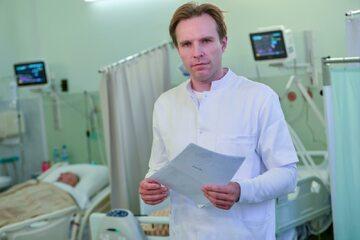 Prof. Bartosz Karaszewski: Przy wystąpieniu objawów udaru mózgu, trzeba jak najszybciej dzwonić po pogotowie, niezależnie czy pacjent jest zdrowy, na kwarantannie, czy ma potwierdzoną infekcję COVID-19 i jest w domu.