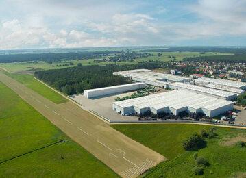Pronar to w 100% polska firma wyznaczająca światowe standardy. Potencjał przemysłowy firmy tworzy osiem fabryk rozlokowanych na terenie województwa podlaskiego. Na zdjęciu Fabryka nr 2 w Narwi wraz z przyległym firmowym lotniskiem