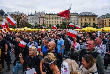 """Protest """"antycovidowców"""" w Krakowie"""