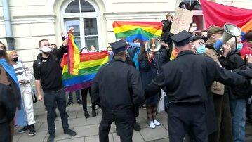 Protest na UW przeciwko Andrzejowi Dudzie