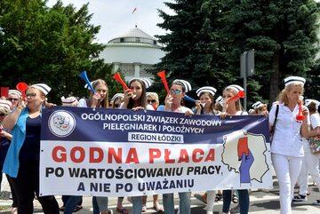 Protest pielęgniarek przed Sejmem, czerwiec 2021