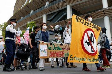 Protest przeciwników igrzysk wokół Stadionu Olimpijskiego w Tokio