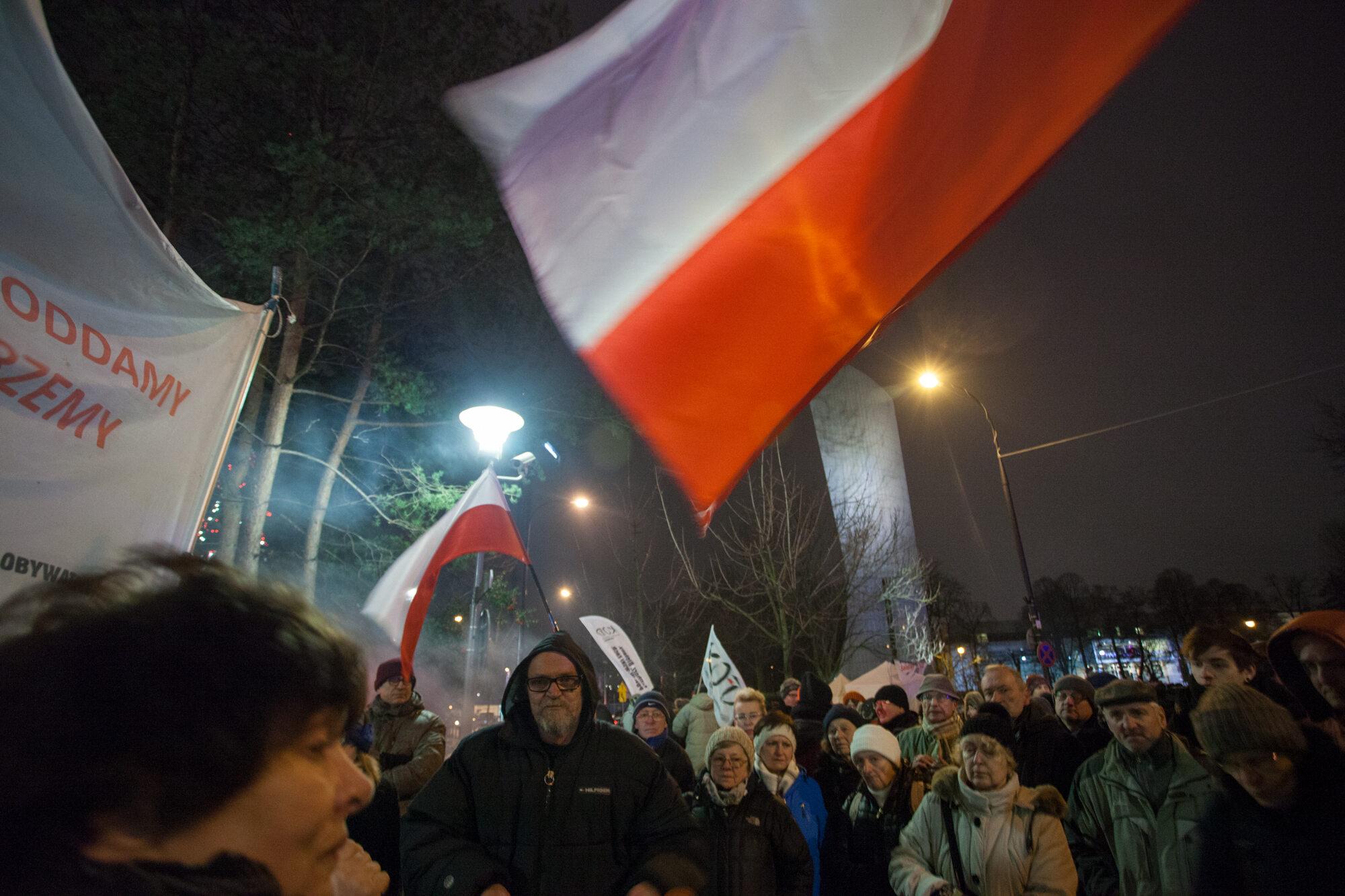 Protestujący przed Sejmem 19.12.2016