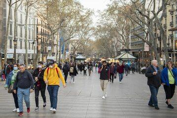 Przechodnie na La Rambla w Barcelonie
