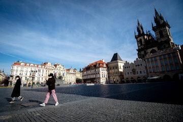 Przechodnie na ulicach Pragi