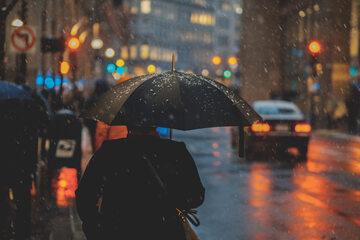 Przechodnie w deszczu, zdjęcie ilustracyjne