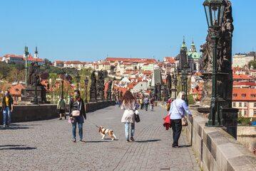 Przechodnie w Pradze