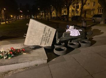 Przewrócony pomnik ks. Jankowskiego