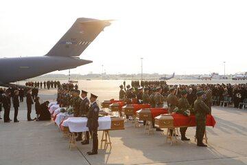 Przylot ostatnich trumien z ciałami ofiar katastrofy smoleńskiej, 23 kwietnia 2010 rok