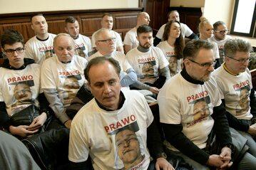 Publiczność podczas procesu w sprawie śmierci Igora Stachowiaka w geście protestu przeciwko brutalności policji założyła koszulki, jakie ojciec Stachowiaka potajemnie zrobił podczas sekcji zwłok syna