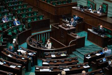 Puste ławy w Sejmie podczas wystąpienia Mariana Banasia