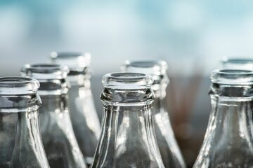 Puste szklane butelki po alkoholu