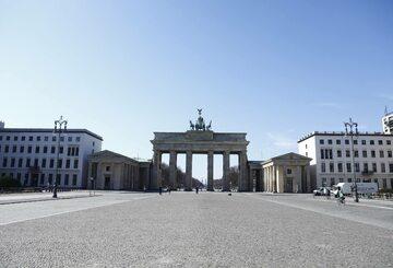 Pustki przed Bramą Brandenburską w Berlinie