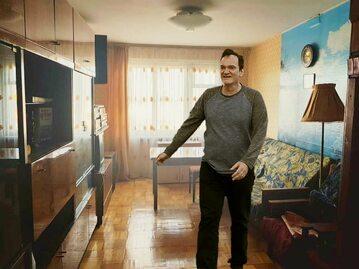 """Quentin Tarantino """"pozuje"""" w mieszkaniu w Czelabińsku"""