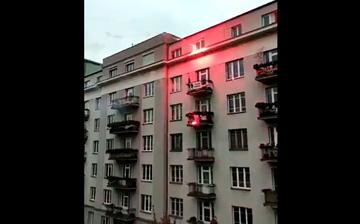 Race rzucane na budynek w Warszawie podczas Marszu Niepodległości