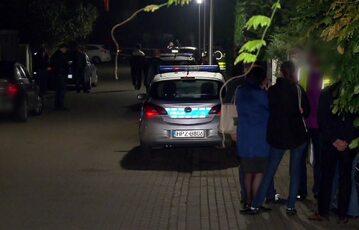 Radiowóz policji na ulicy, przy której doszło do zbrodni