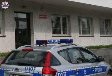 Radiowóz przed komisariatem
