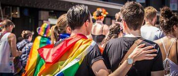 """Radni różnych szczebli samorządu podejmowali uchwały, które ich """"małe ojczyzny"""" miały uczynić """"strefami wolnymi od LGBT""""."""
