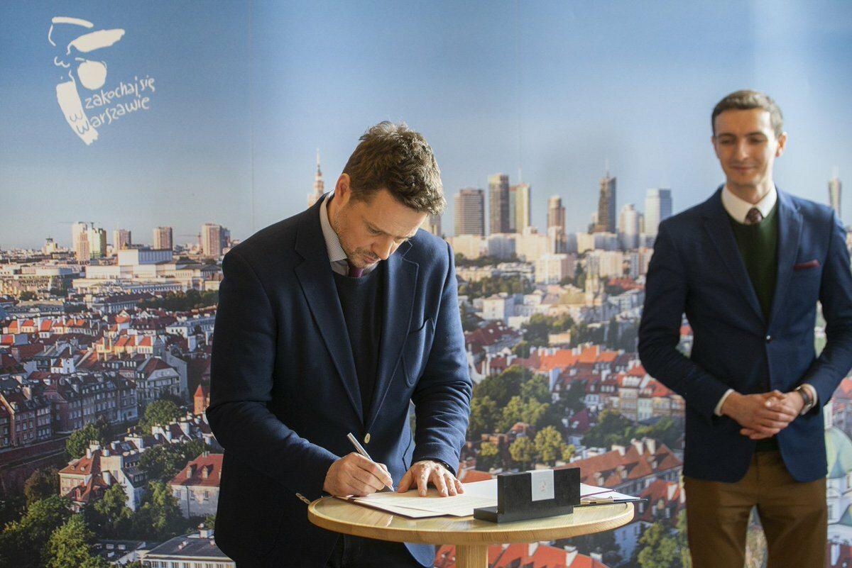 Rafał Trzaskowski podpisuje deklarację LGBT+