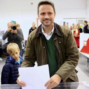 Rafał Trzaskowski przy urnie wyborczej