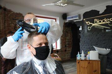 Rafał Trzaskowski u fryzjera