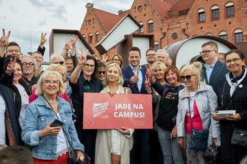 Rafał Trzaskowski (w środku) zapraszający na Campus Polska Przyszłości