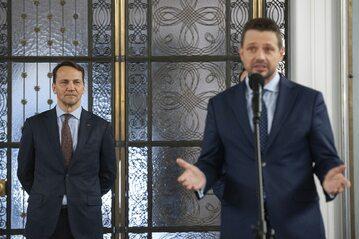 Rafał Trzaskowski, w tle Radosław Sikorski