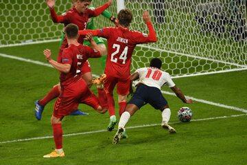 Raheem Sterling w spornej sytuacji w meczu z Danią