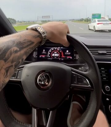 Raper Kubańczyk jedzie autem 230 km/h