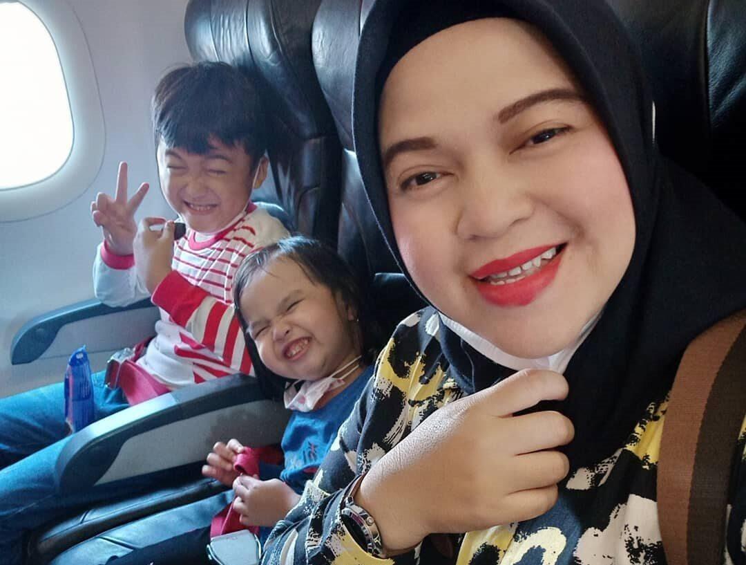 Ratih Windania z córką i siostrzeńcem na pokładzie samolotu w drodze na Dżakartę