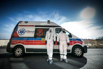 Ratownicy medyczni walczący z koronawirusem