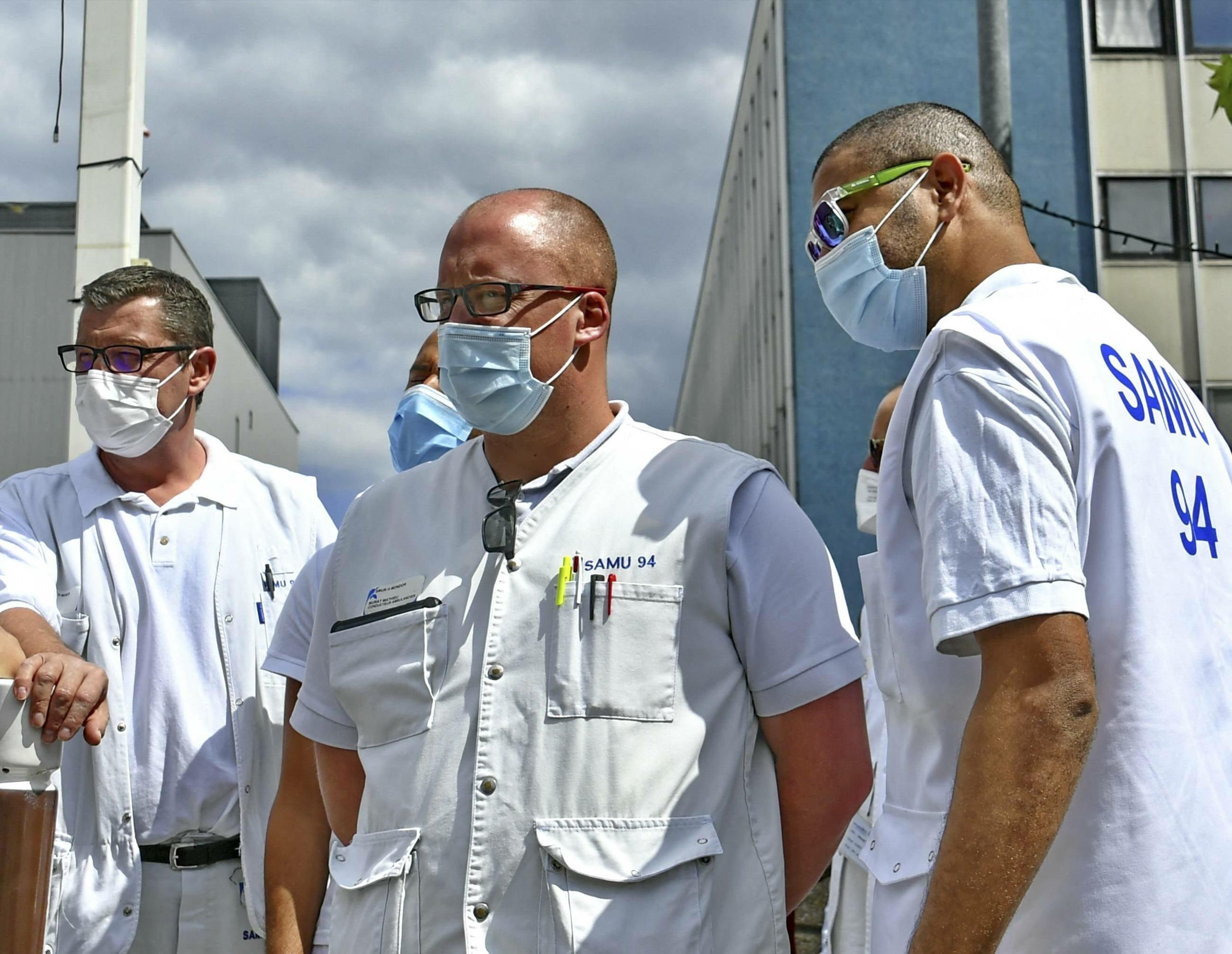 Ratownicy medyczni, zdjęcie ilustracyjne