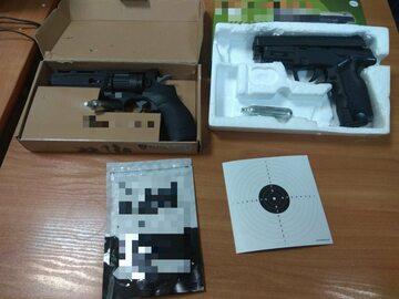 Repliki broni zabezpieczone przez policjantów, z których oddano strzały w kierunku księży