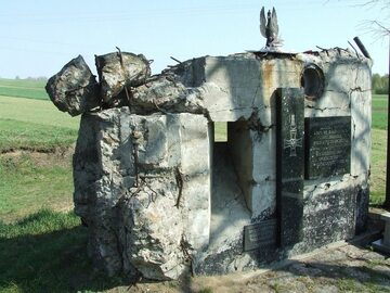 Resztki jednego ze schronów bojowych zachowane jako pomnik bitwy pod Wizną