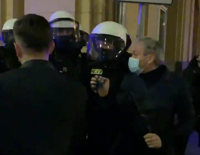 Robert Biedroń w rozmowie z funkcjonariuszami policji