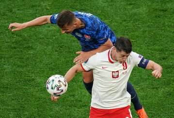 Robert Lewandowski walczy o piłkę w meczu ze Słowacją